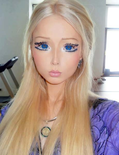 LIVING DOLLS – IN SEARCH FOR PLASTIC PERFECTION